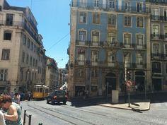 Typische Häuser in Lissabon mit der berühmten Straßenbahn ,