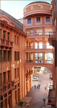 Em Porto Alegre, o antigo e luxuoso Hotel Majestic atualmente funciona como espaço cultural. Visite BrasilGuias