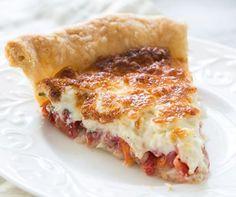 Μια υπέροχη τάρτα με ψιλοκομμένες φρέσκες ντομάτες, βασιλικό και κρεμμύδια, με μείγμα ανάμεικτων τυριών και μαγιονέζας, σε τραγανή βάσης τάρτας. Μια εύκολη