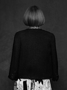 Anna Wintour has turned her back on Karl Lagerfeld and Carine Roitfeld to pose for the pair's 'The Little Black Jacket: Chanel's Classic Revisited' project – a book fo… Anna Wintour, Karl Lagerfeld, Sarah Jessica Parker, Chanel Black, Coco Chanel, Gabrielle Bonheur Chanel, Magazine Vogue, Chanel Online, Haircut Pictures