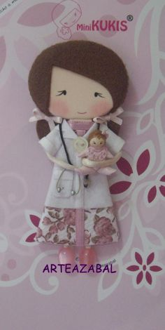 ARTEAZABAL. Cute Crafts, Diy And Crafts, Felt Doll Patterns, Creation Couture, Fabric Jewelry, Felt Toys, Cute Dolls, Doll Face, Diy Toys