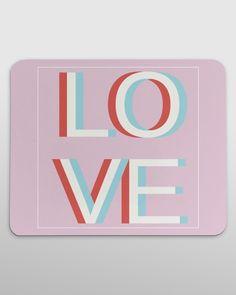 """Praktyczny prezent dla kobiety na walentynki, która spędza dużo czasu przy komputerze. Z unikatowym napisem """"LOVE""""."""