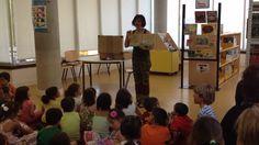 """Julia contando el cuento """"La cebra Camila"""".  en la Biblioteca Central de Móstoles. 15/7/2014"""