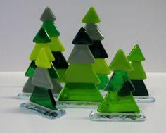 grønne juletræer på glasfod