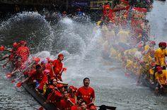 Drachenboote im Wasserschlacht Splashing Dragon Boat Shunde, China - Funmey Festival Dates, Dragon Boat Festival, Chinese Culture, Battle, China, Boating, Water, Calendar, Braids