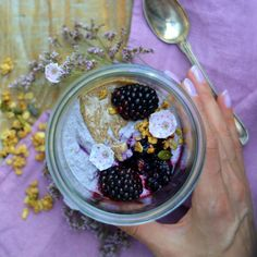 BLACKBERRY BUCKWHEAT PORRIDGE topped with sweet almond butter and mulberries. You find the base recipe for the buckwheat porridge on http://nutsandblueberries.com/buckwheat-porridge/. Simply mix a handful blackberries in the base. Ready to serve! *************************** BROMBEER BUCHWEIZEN PORRIDGE mit süßer Mandelbutter. Das Rezept findest du auf http://nutsandblueberries.de/buchweizenporridge-3/. Einfach das Basis Buchweizen Porridge Rezept um einige Brombeeren erweitern.