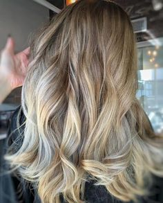 amazing blending job with loose curls call this color Iced Carmel mocha Beauty Hacks Skincare, Beauty Tips For Skin, Summer Hairstyles, Cool Hairstyles, Mocha Hair, Carmel Hair, Loose Curls, Stylish Hair, Hair Health