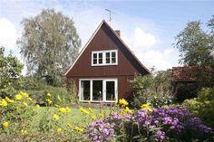 Op royale kavel (1.510 m2) gelegen vrijstaand houten woonhuis met stenen garage en aangebouwde slaapkamer en badkamer op de begane grond.  Het huis staat op een bijzondere plek aan de rand van Zwolle nabij de Agnietenberg en de Overijsselse Vecht.  ...