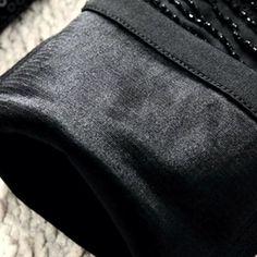 Côr: Preta Tecido de espessura moderada Com strecht (elasticidade) Detalhe: Lantejoulas e pedrarias na parte da frente Calça Lápis Tecido: 65% algodão (algodão), 35% poliéster (Dacron) Tamanho M Zíper Frontal Espessura do tecido: moderada Cós na cintura