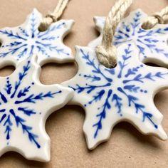Ceramic Christmas Decorations, Easy Christmas Crafts, Diy Christmas Ornaments, Christmas Art, Xmas, Clay Ornaments, Snowflake Ornaments, Christmas Makes, Clay Crafts