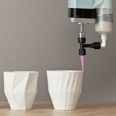 세라믹을 원재료로 그릇을 3D프린팅한다고 합니다. 기존의 물레방식이나 유리공예 방식의 컵과는 전혀 다른 기하학적인 형태까지 만들수 있겠군요