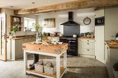 Traditional country kitchens are a design option that is often referred to as being timeless. Over the years, many people have found a traditional country kitchen design is just what they desire so they feel more at home in their kitchen. Barn Kitchen, Farmhouse Kitchen Cabinets, Cottage Kitchens, Farmhouse Style Kitchen, Kitchen Cabinet Design, New Kitchen, Home Kitchens, Farmhouse Kitchens, Kitchen Modern