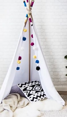 DIY Westwing: Tenda tipi Learn how to make the famous tipi tent and animate the day of the little on Kids Tents, Teepee Kids, Kids Tipi Diy, Childrens Teepee, Teepees, Diy Home Crafts, Diy Home Decor, Diy Teepee Tent, Diy Décoration