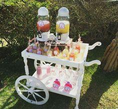 Decoração de festa feita por Gabriela Alves Decoradora e Projetista.  Cha de bebê da Pietra (carrinho de bebidas)