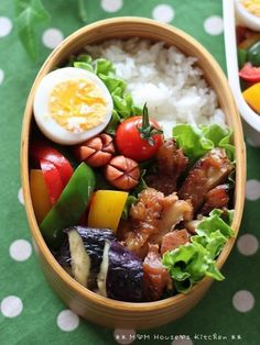Whoever preps their lunch like this has true dedication. Japanese Lunch Box, Japanese Dishes, Japanese Food, Bento Recipes, Cooking Recipes, Bento Box Lunch, Bento Lunchbox, Box Lunches, Cute Food