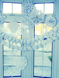 Day 19 Blogger Advent Calendar: Homemade Window Displays with laminated paper snowflakes - Mummy Alarm