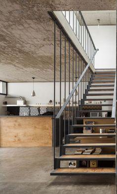 escalier suspendu, joli escalier flottant dans une maison contemporaine