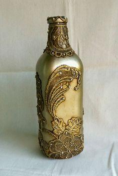 Garrafa decorada com renda, pintada com tinta spray dourada e envelhecida com betume. Adelia Maria