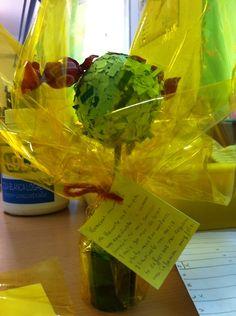 Materiales: Bola de poliestileno (hojas de cartulina troceada), palo de pincho moruno (tronco), vaso de chupito (maceta con plastilina).