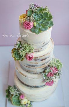 Tarta de boda semi desnuda con suculentas y flores naturales /semi nade wedding cake