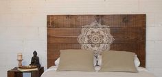 Cabecero de cama con tablas de madera