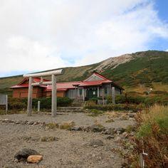 石川県と岐阜県に跨がる標高2,702mの白山山頂、御前峰にある白山神社奥宮です。-Hakusan Jinja Okumiya (Hakusan City,Ishikawa)- 山頂直下の室堂平には、山頂に背を向けるように祈祷所が建てられています。 現在の社殿は1988年に建て替えられたものだそうです。 麓には加賀一宮の白山比咩神社があります。