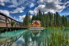 """El lago Emerald o lago Esmeralda (en inglés: """"Emerald Lake"""") es un lago situado en el Parque Nacional Yoho, en la provincia de Columbia Británica, Canadá"""