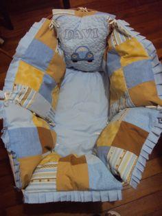 Protetor para moisés. Todo feito com almofadas ligadas com laços de fita!!! Projetos personalizados  https://www.facebook.com/saldaterrapatchwork/?ref=ts&fref=ts www.saldaterrapatchwork.blogspot.com  Face: Renata Deichsel renata.deichsel@gmail.com