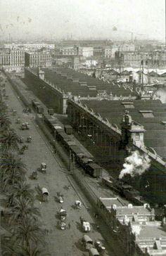 1910. Les Drassanes, el tren, els carros... Al Passeig Colom de Barcelona.