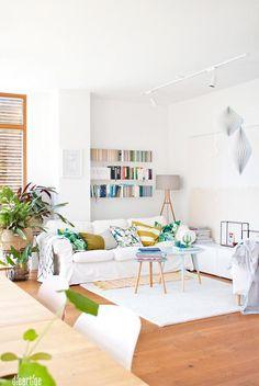 Weißes Wohnzimmer mit Holzboden und schwebendem Regal in Wandnische. #couchstyle #interior #wandregal #interior #inspiration