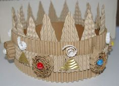 "Make a crown with a roll of corrugated cardboard ("",) Cardboard Box Crafts, Paper Crafts, Diy Crafts For Kids, Art For Kids, Origami, King And Queen Crowns, Make A Crown, Princess And The Pea, Recycled Art"