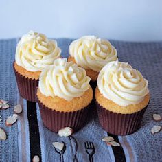 Almond Cupcakes with Amaretto Buttercream... For my birthday ;)