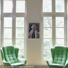 Die grünen Ohrensessel sind ein ganz besonderer Hingucker: in dem mintgrünen Farbton peppen sie garantiert jedes Wohnzimmer auf! Über alledem thront als interessantes…