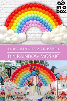 Am Ende von jedem Regenbogen steht ein Topf voller Gold, oder wie in unserem Fall, eine große Schüssel mit jeder Menge Süßkram! Denn unser DIY Regenbogen Ballon Mosaik passt ganz hervorragend auf jede Kindergeburtstags-Candybar und ist ganz einfach selbst gemacht. Wir schicken Dir alles, was du dafür benötigst per in einer Box zu! Foto by Felicitas von Imhoff. Party Box, Diy Party, Party Decoration, Rainbow, Gold, Rainbow Balloons, Unicorn Party, Dekoration, Kid Birthdays