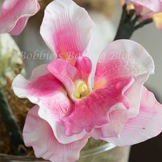 How to make a gumpaste orchid. Beautiful.