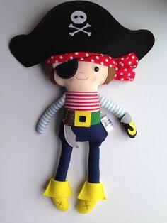 Pirata (chico) hecho con tela 100% algodón y fieltro de lana. 100% handmade