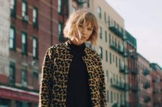 """American singer-songwriter Grace VanderWaal has delivered a new music video for """"City Song"""", directed by Brian Petchers. Violet Aesthetic, Aesthetic Girl, Shawn Mendes, Grace Vanderwaal Lyrics, How To Be Graceful, Star Girl, Pop Singers, New Music, Hair Lengths"""