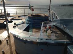 Feines gratificants i vistoses com la feta en aquest iot a #Ancona #Italy by Vidres Berni #glass #bar #iot #yacht