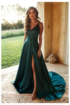 Pretty Prom Dresses, Simple Prom Dress, Prom Dresses For Teens, Prom Dresses Long With Sleeves, Prom Outfits, Black Prom Dresses, Classy Dress, Classy Casual, Party Dresses