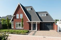 Dutch Netherlands, Holland House, Roof Colors, Villa, New Homes, Cabin, House Styles, Modern, Garage
