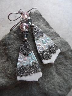 Geliebte... Handwerklich gefertigte Porzellan Charms mit Spenglerei, Kristall und Sterling Draht gewickelt Boho, viktorianische, romantisch, Blumen Ohrringe