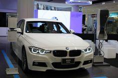 """อมรเพรสทีจ ผู้จำหน่ายรถยนต์บีเอ็มดับเบิลยูอย่างเป็นทางการ พร้อมต่อยอดประสบการณ์ระดับพรีเมียมจากยนตรกรรมหรูของบีเอ็มดับเบิลยูให้พ้นจากกรอบของพื้นที่โชว์รูมด้วยการเปิดตัว BMW Studio Amorn Prestige ที่ห้างสรรพสินค้า ฟิวเจอร์พาร์ค รังสิต นางสาววรรณภา ตั้งบรรยงค์ กรรมการผู้จัดการ บริษัท อมรเพรสทีจ จำกัดเผยว่า """"อมรเพรสทีจ เป็นผู้จำหน่ายรถยนต์บีเอ็มดับเบิลยูอย่างเป็นทางการที่มีประสบการณ์มากกว่าครึ่งศตวรรษในตลาดรถหรูของเมืองไทย การเปิดตัว BMW Studio…"""