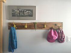 Patère et porte-manteau pour l'entrée de la maison. Réalisée avec des crochets trouvés en boutique et une planche de palette. DIY