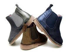 Tienda online de calzado infantil Okaaspain. Calidad al mejor precio fabricado en España. Botín en serraje con elástico y talonera en piel laminada. Envíos en 24,48 horas laborables gratis.