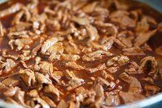 Hemligheten bakom en god lövbiffsgryta är tid! Låt den sjuda i fleratimmar, gärna 3-4 för att köttet ska bli mört.  Det här behöver du till 4- 5 portioner : 800 gram lövbiff 1 gul lök 2 vitlöksklyftor 1/ 2 msk paprikapulver 8 dl vatten 2 msk fond ( kött … Läs mer