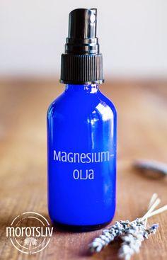 Lucka 9Magnesiumbrist är något de flesta av oss har, eftersom vi ofta äter för lite av de gröna bladen som innehåller mycket magnesium och stressar för mycket. Magnesium är vattenlösligt och därför… Natural Beauty Tips, Natural Skin Care, Organic Makeup, Alternative Health, Diy Skin Care, Soap Dispenser, Body Lotion, Face And Body, Shampoo