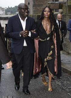 Naomi Campbell, goes braless in plunging black and gold gown at Gucci show I Love Fashion, Timeless Fashion, Fashion Show, Claudia Schiffer, Irina Shayk, Top Models, Black And Gold Gown, Black And Gold Aesthetic, Inverted Triangle Fashion