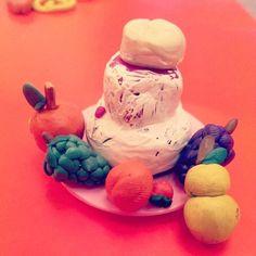 Продолжаем лепку из пластилина :) На этот раз трехэтажный #торт с фруктами!:) #пластилин #своимируками #творчество #натюрморт #фрукты #длякукол