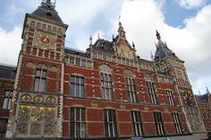 La gare d'Amsterdam s'ouvre sur le quartier le plus ancien de la ville né au XIVème siècle; le quartier des pêcheurs.