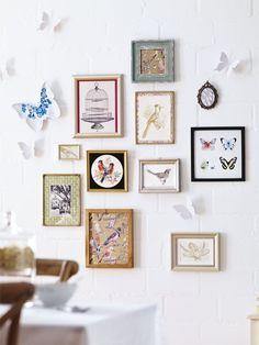 Hier kommen die Frühlingsboten auf kunstvolle Art zusammen. Arrangieren Sie dazu Vogel- und Schmetterlingsmotive in verschiedenen Bilderrahmen und setzen Sie ein paar 3-D-Wandtattoos dazwischen.